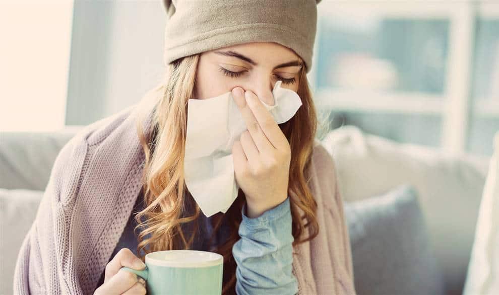 Chica joven con gripa