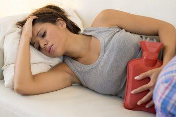 Mujer recostada en el sofá