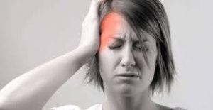 Mujer con dolor de migraña