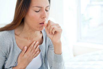 chica con tos a causa de neumonía