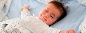 Bebé dormido y sonriendo