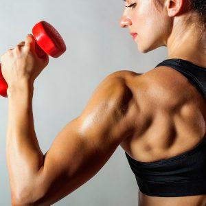 Chica con brazo y pesa roja