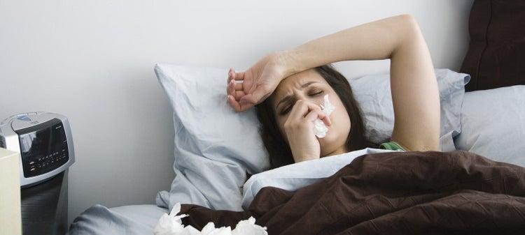 Chica en cama enferma