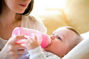 Madre le da biberón a su bebé