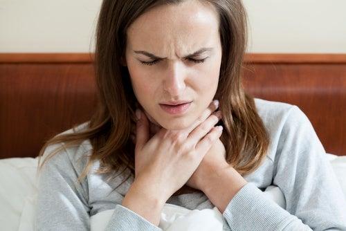 Mujer agarrando su garganta