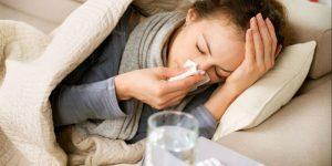 Mujer con resfriado en cama