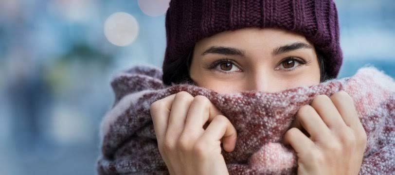 Chica con guantes y gorro de invierno