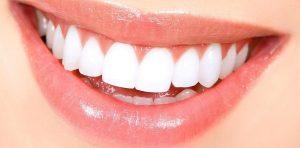 Boca con dientes blancos