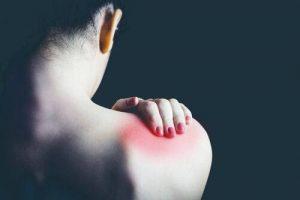Chica con dolor de hombro