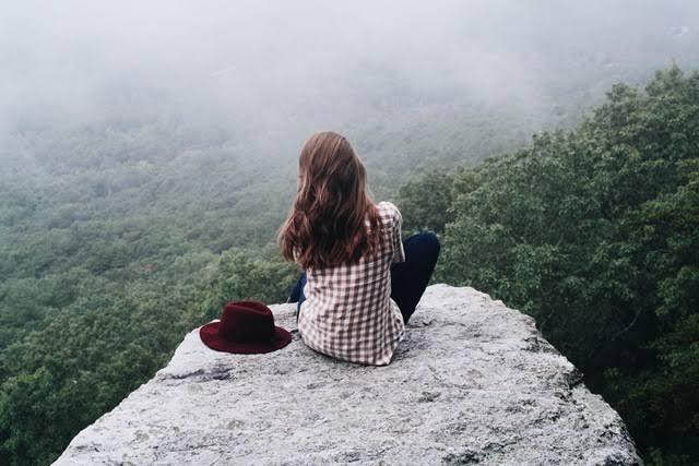 Chica en roca