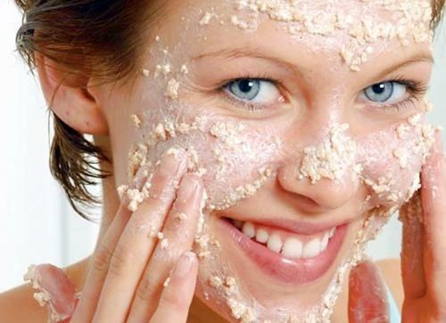 Chica con mascarilla de avena en la cara