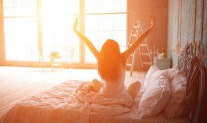 Chica despertando con la luz del día