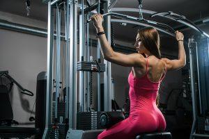 Chica ejercitando los músculos de la espalda