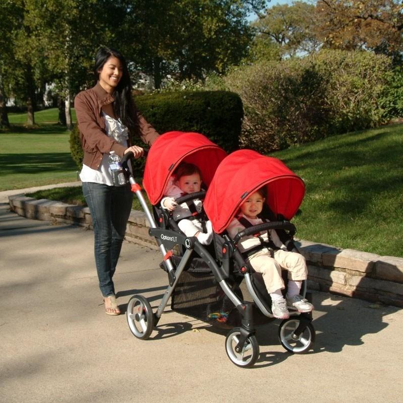 Mamá con carriola para gemelos