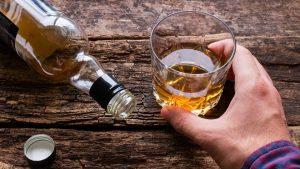Persona tomando alcohol en copa