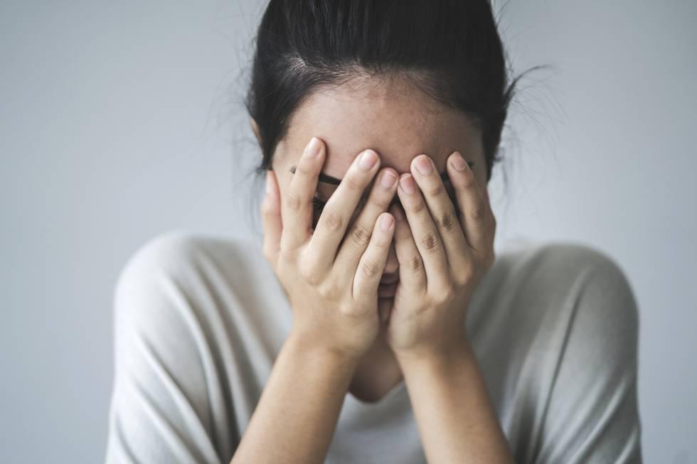 Mujer tiene ansiedad