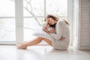 mamá protegiendo su bebé