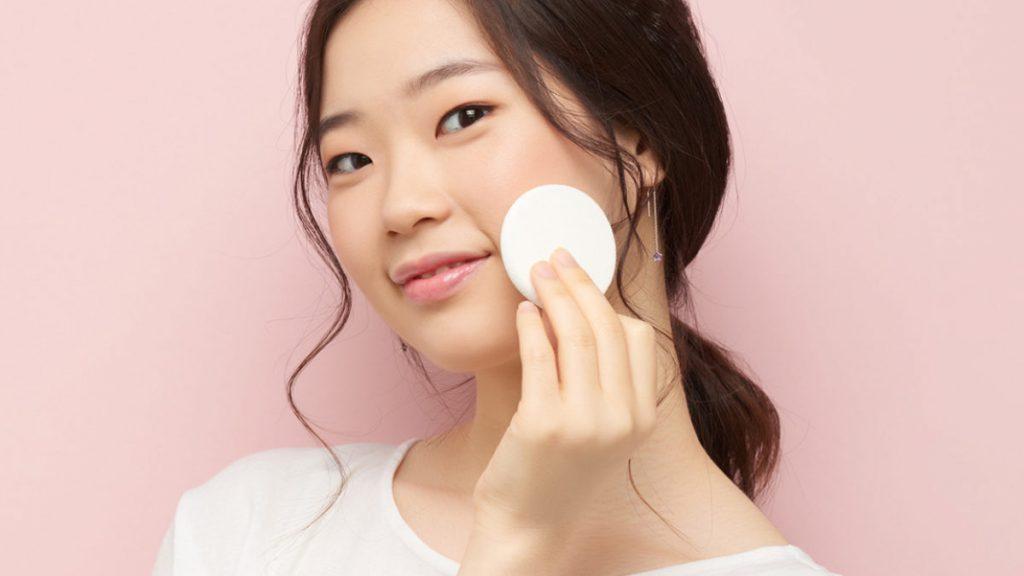 Chica coreana limpiando su cara