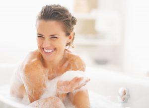 Chica feliz en una tina de baño