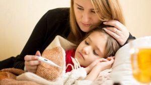 Mamá tratando la gripe en su hija