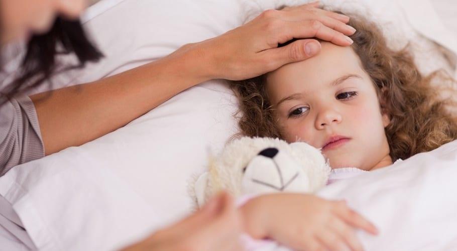 Niña enferma agarrando un osito