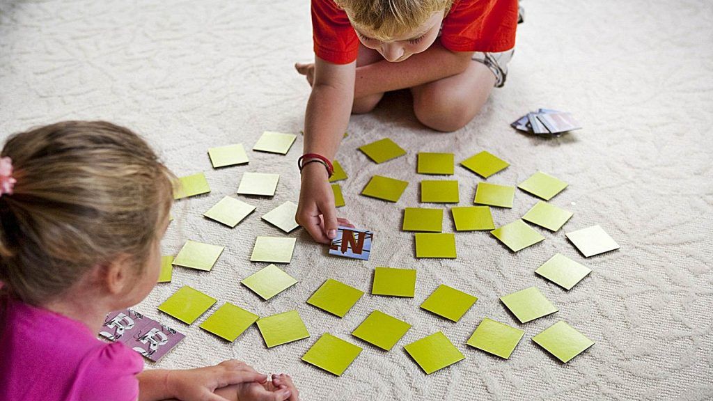 Niños jugando memorama