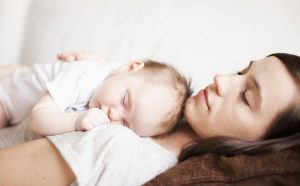 Mamá logrando dormir a su bebé