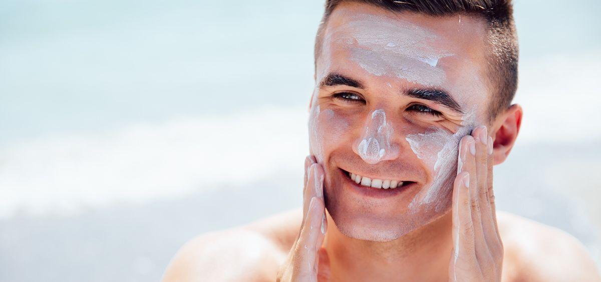 Chico con protector solar en la cara