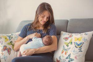 Mamá arrullando a su bebé