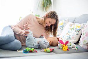 Chica jugando con su bebé