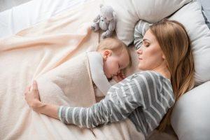 Mamá y bebés dormidos