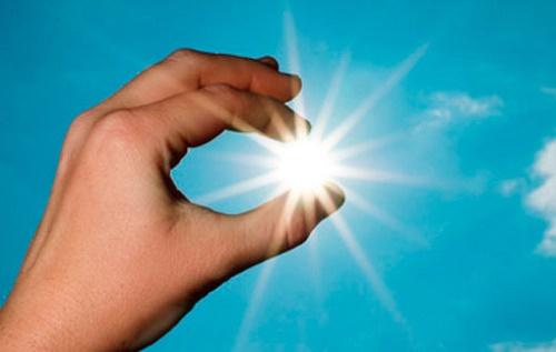 Mano con luz entre los dedos