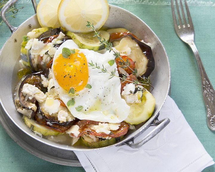 Verduras asadas con huevo estrellado encima