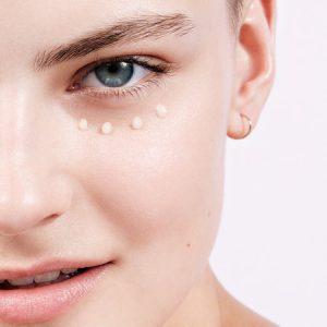 Chica con crema de contorno de ojos