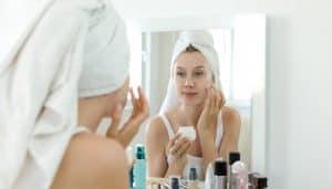 Chica cuidando su cara con una rutina de belleza