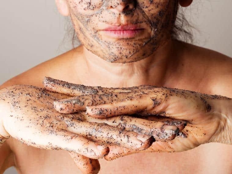 Chica exfoliando su piel