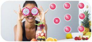 Chica con frutas llenas de vitaminas