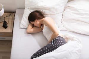 mujer con cólicos menstruales