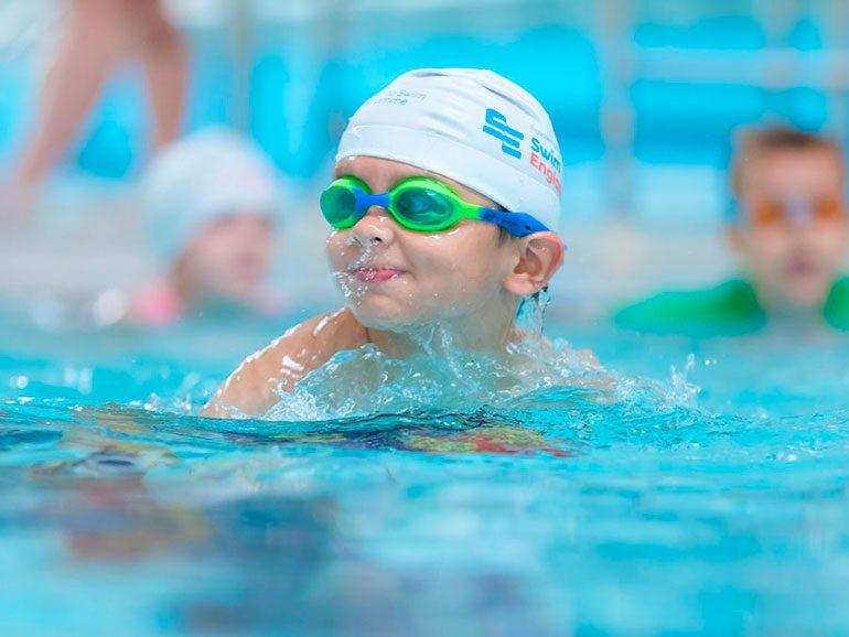 ¿A que edad los niños aprenden a nadar?