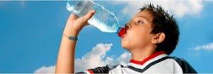 como tomar agua embotellada