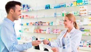 Hombre comprando aspirina de aurax