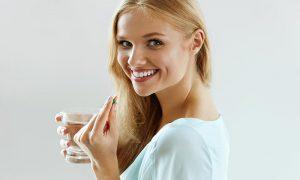 Mujer tomando aspirina de aurax